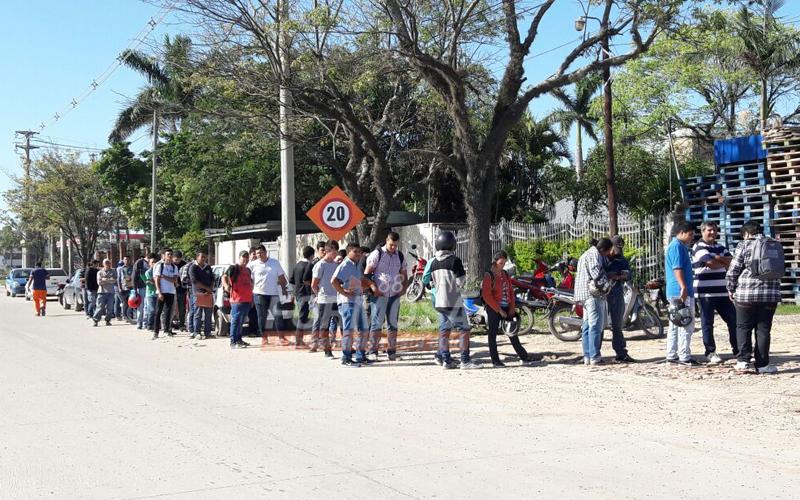 larga fila de desocupados buscando un puesto en comercio